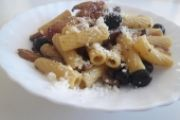 Rigatoni funghi, olive e guanciale croccante