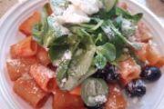 Mezze maniche al sugo con olive, valerianella, ricotta