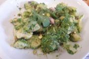 Gnocchi di patate con salsiccia pesto di rucola e pistacchi