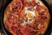 Pizza con pomodoro, pancetta e uovo - romana bassa croccante