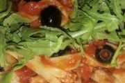 Fettuccine sugo di salsiccia e olive, con rucola