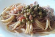 Spaghetti cipolla, tonno, guanciale, piselli e pomodori
