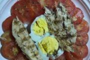 Sgombro grigliato, uovo sodo e pomodori