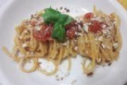 Spaghetti pomodoro, basilico e mandorle